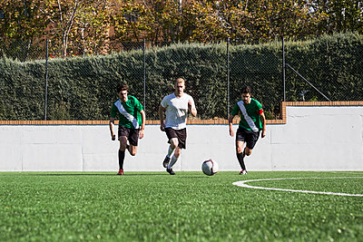 Football players during a match on the field - p300m2083020 by Andrés Benitez
