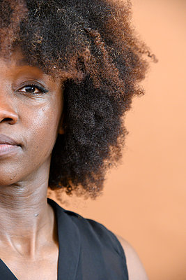 African woman with Afro hairdo, portrait - p427m2285216 by Ralf Mohr