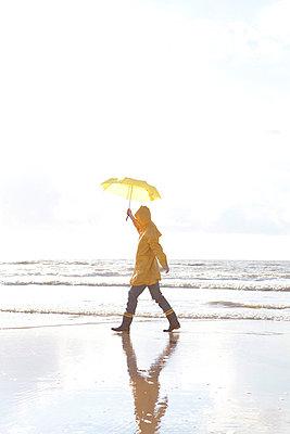 Woman walking along the seaside - p4540908 by Lubitz + Dorner