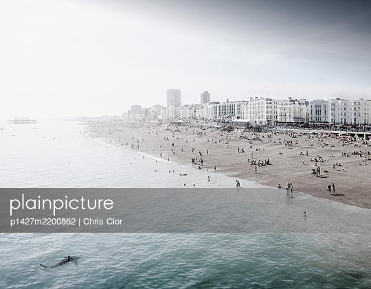 England, Brighton, People resting at urban beach - p1427m2200862 by Chris Clor