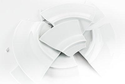 Broken plate - p1276m1200086 by LIQUID