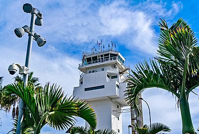 Tower auf dem Flughafen Tenneriffa Süd - p1684m2272099 von Klaus Ohlenschlaeger