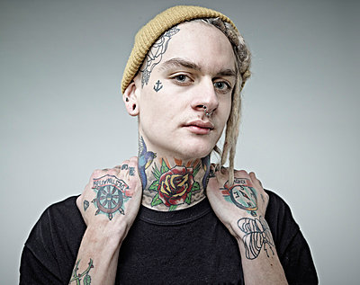 Portrait of young man with tattoos, close up - p300m879178 by Rainer Holz