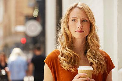 Woman having coffee in street, London, UK - p429m1408170 by Emma Kim