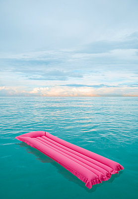 Inflatable raft floating in tropical water - p555m1464222 by PBNJ Productions