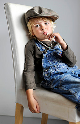 Boy with marshmellow - p896m834691 by Amber Beckers