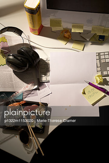 Büroarbeitsplatz am Abend - p1322m1153020 von Marie-Therese Cramer