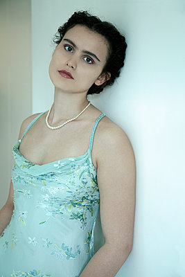 Woman with pearl necklace in strap dress - p1248m2270296 by miguel sobreira