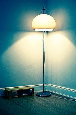 Stehlampe und Radio - p4320386 von mia takahara