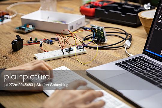 Mikrocontroller programmieren - p1272m2245483 von Steffen Scheyhing