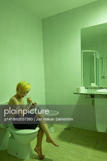 Junge putzt sich die Zähne im Badezimmer - p1418m2037393 von Jan Håkan Dahlström