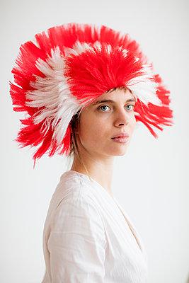 Portrait einer jungen Frau mit Kopfschmuck  - p1212m1111254 von harry + lidy