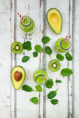Green smoothie, detox, with avocado, baby spinach and kiwi - p300m1563023 by Larissa Veronesi