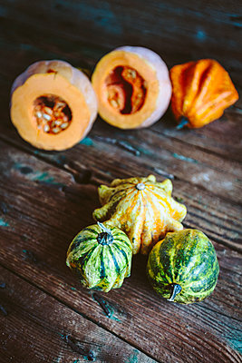 Various ornamental pumpkins on wood - p300m1581045 von Giorgio Fochesato