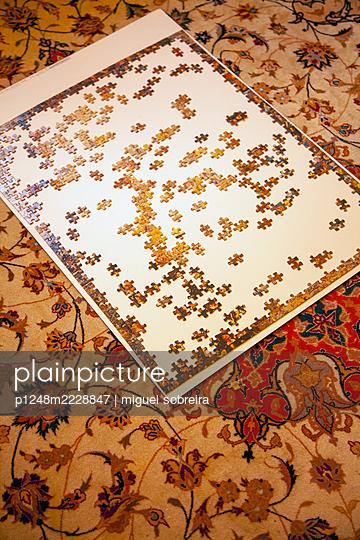 Puzzle-Spiel auf dem Teppich - p1248m2228847 von miguel sobreira