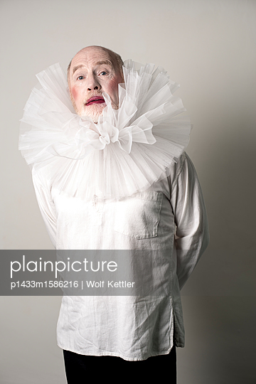 Old man in Elizabethan theatrical makeup and frilly lace collar. - p1433m1586216 by Wolf Kettler
