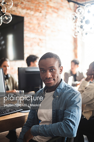 Portrait of male hacker sitting in startup company - p426m2296120 by Maskot