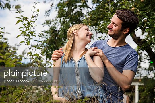 Liebespaar im Garten - p788m1165367 von Lisa Krechting