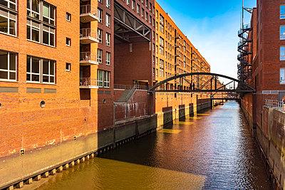 Blick auf einen Kanal in der Speicherstadt Hamburg - p1332m2203293 von Tamboly