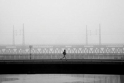 Joggen auf einer Brücke im Nebel, Hamburg - p1696m2296605 von Alexander Schönberg