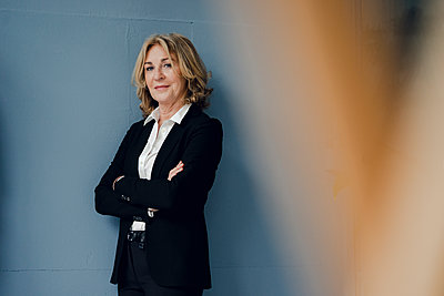 Portrait of confident senior businesswoman - p300m1588047 by Kniel Synnatzschke