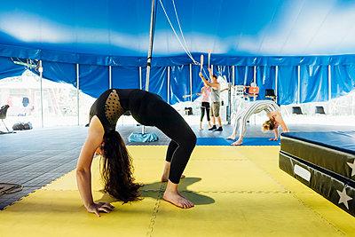 Circus acrobat and artist training and performing - Monza, Lombardy, Italy - performance, entertainment, acrobatics concept - p300m2293995 von Eugenio Marongiu