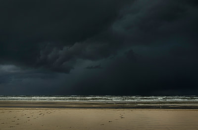 Hailstorm approaching the island of Terschelling from the North Sea, West aan Zee, Friesland, Netherlands - p429m1140029 by Mischa Keijser