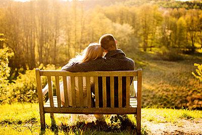 Paar in der Natur - p796m1207214 von Andrea Gottowik