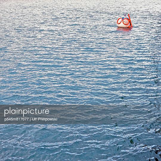 Puppe im Wasser - p545m817077 von Ulf Philipowski