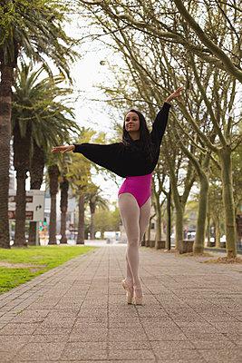 Urban dancer practicing dance in the city - p1315m2056319 by Wavebreak