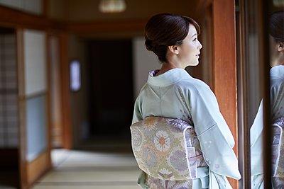 Young Japanese woman wearing traditional kimono - p307m2135278 by Yosuke Tanaka