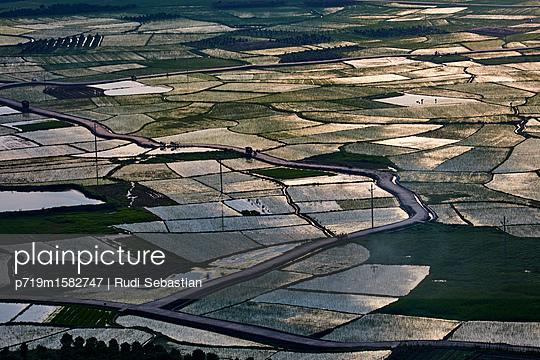 Geflutete Reisfelder im Sonnenlicht in Guilin - p719m1582747 von Rudi Sebastian