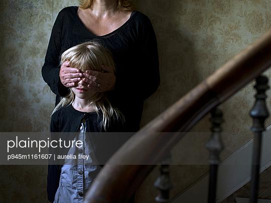 Mutter mit Tochter im Treppenhaus - p945m1161607 von aurelia frey