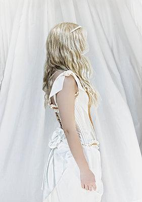 Woman wearing white dress - p1445m1537787 by Eugenia Kyriakopoulou