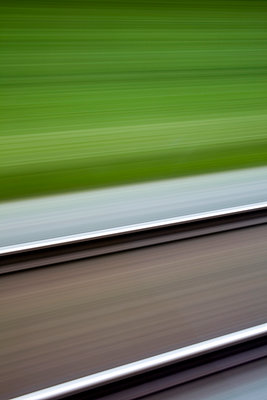 Bahnschienen in Bewegung - p177m1465965 von Kirsten Nijhof