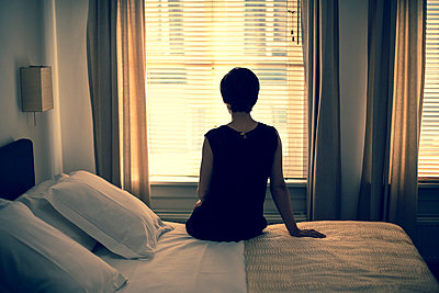 Traurige Frau  - p432m815808 von mia takahara