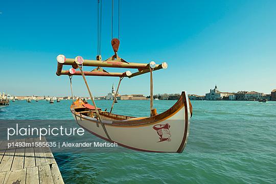 Einholen eines Ruderboots im Giudecca-Kanal, Venedig - p1493m1585635 von Alexander Mertsch