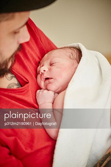 Father holding newborn baby - p312m2190961 by Dayfotografi
