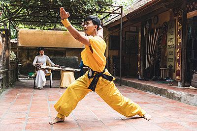 Vietnam, Hanoi, young man exercising Kung Fu - p300m2013201 by William Perugini