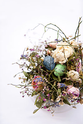 Osternest mit getrockneten Blüten - p533m1152685 von Böhm Monika