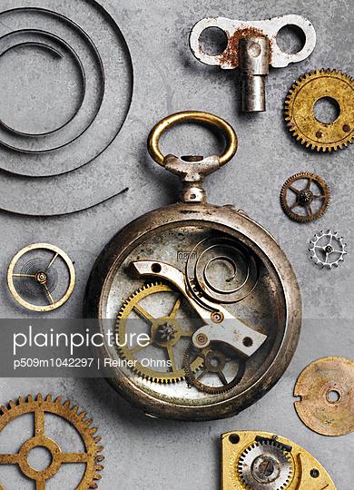 Uhrwerk - p509m1042297 von Reiner Ohms