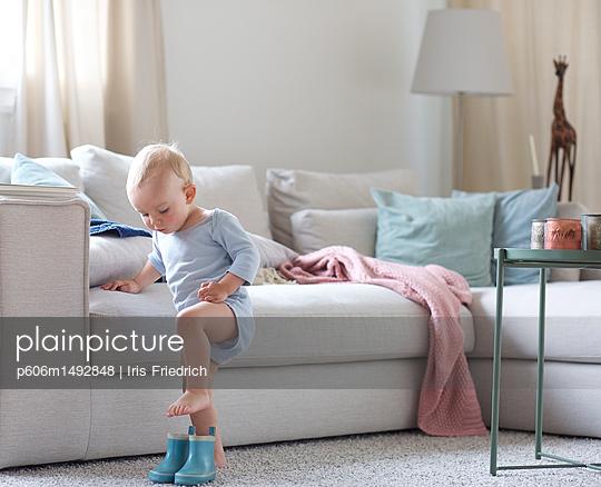 Kind übt Schuhe anziehen - p606m1492848 von Iris Friedrich