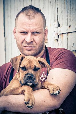Boxerwelpe mit Herrchen - p299m1138423 von Silke Heyer