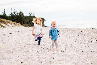 Geschwister am Strand - p796m1558666 von Andrea Gottowik
