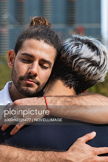 Man with eyes closed embracing partner in park during sunny day - p300m2226477 by NOVELLIMAGE