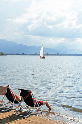 Germany, Bavaria, Chiemsee, Relaxation at the lake - p1609m2253810 by Katrin Wolfmeier