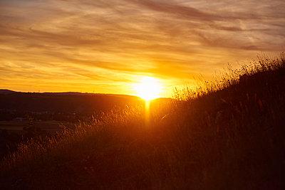 Romantischer Sonnenuntergang - p430m2026467 von R. Schönebaum