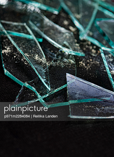 Broken glass - p971m2284084 by Reilika Landen