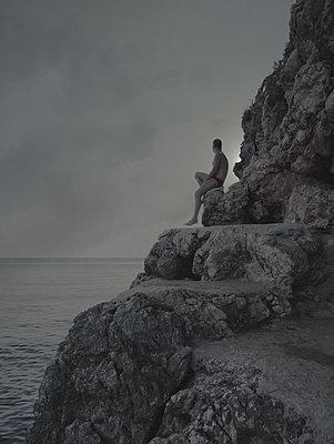 Mann an der Küste 2 - p444m1184790 von Müggenburg