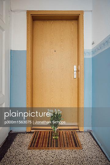plainpicture - plainpicture p300m1563075 - Vase with bunch of white fa... - plainpicture/Westend61/Jonathan Schöps